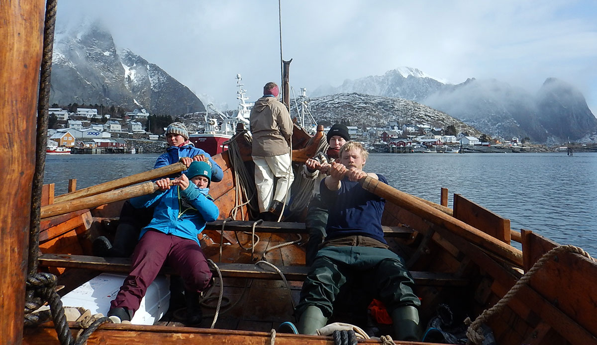 Rowing into Reine