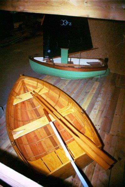 Glued lapstrake plywood (sail version), traditional lapstrake (rowing version).