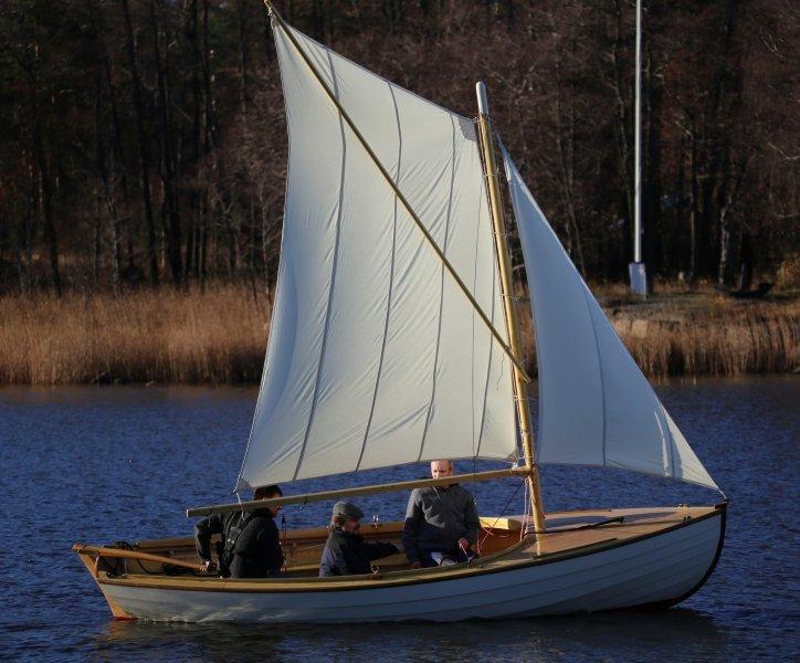 Långedragsjulle 10 sailing.